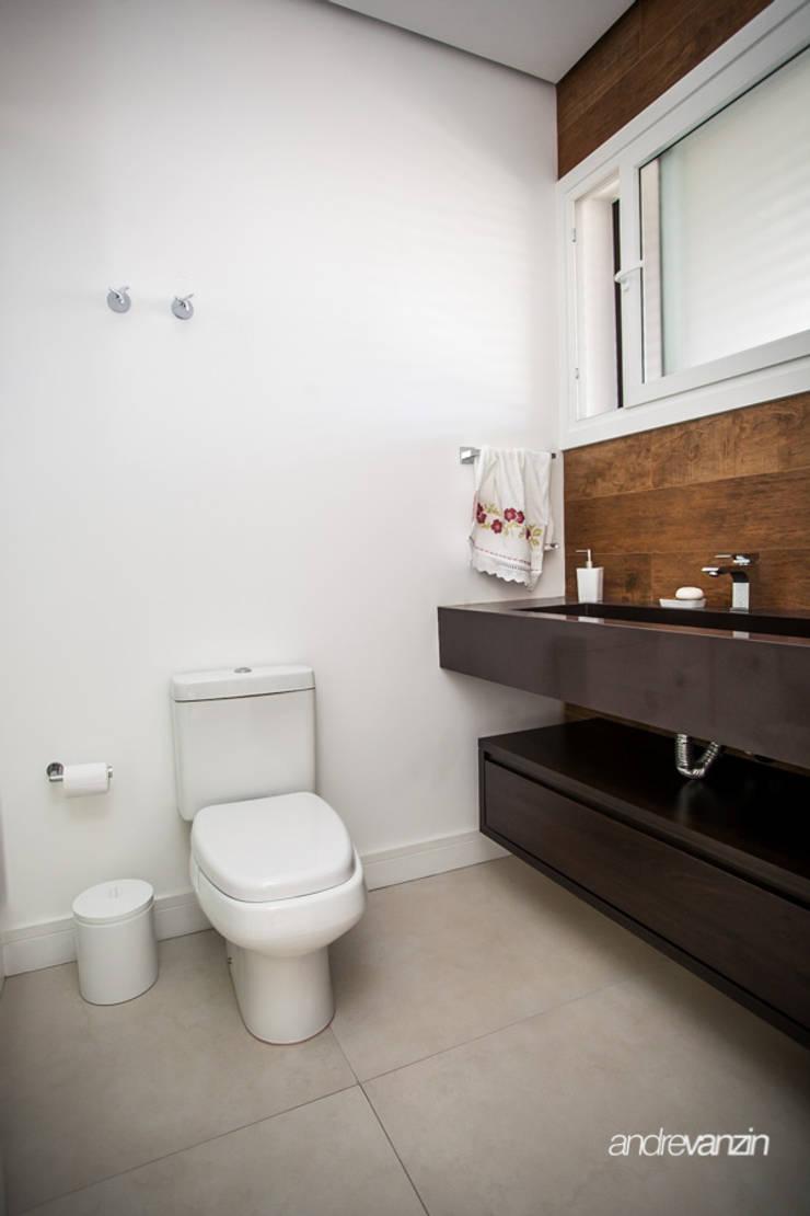 Casa Santo Antônio: Banheiros  por Roma Arquitetura
