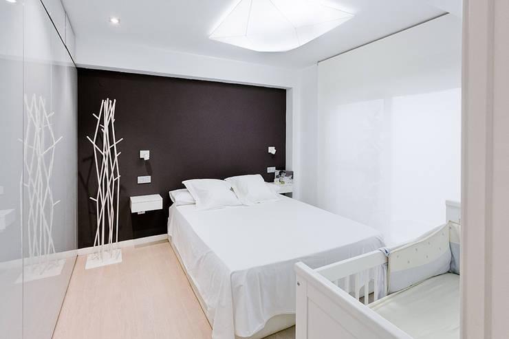 Casa Manises - Dormitorio : Dormitorios de estilo minimalista de Chiralt Arquitectos