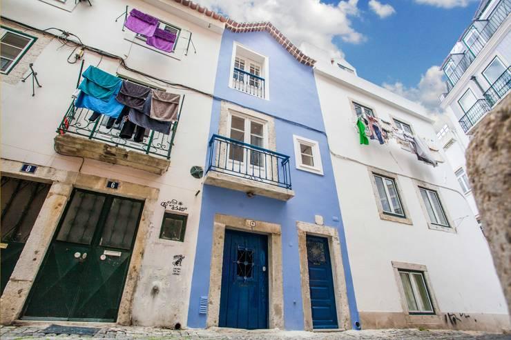 Prédio Turístico em Santa Catarina, Lisboa: Janelas e portas rústicas por alma portuguesa