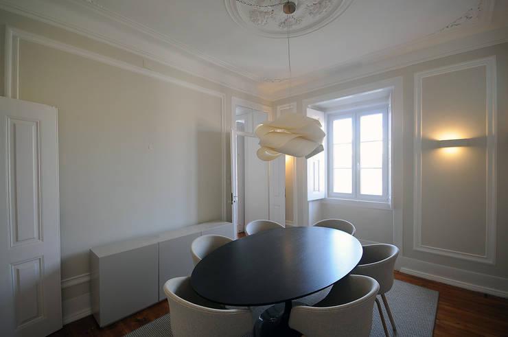 Apartamento Lisboa: Salas de jantar  por Colectivo ODD