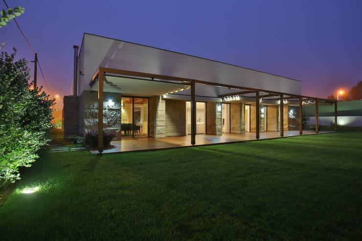 Moradia MC: Casas  por RDLM Arquitectos associados