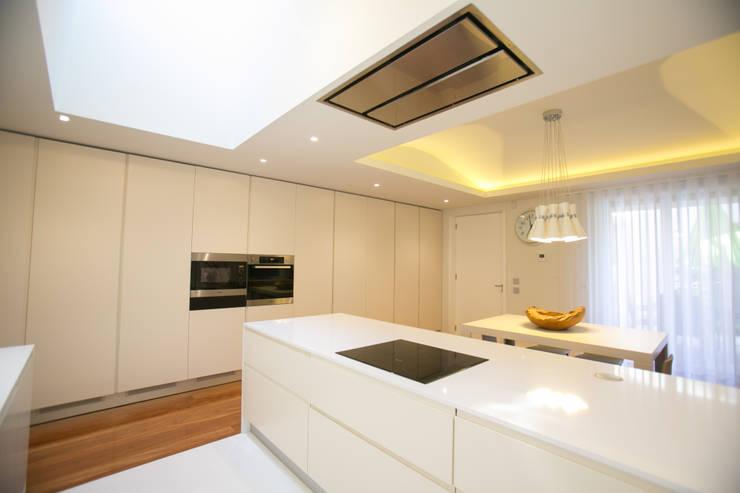 Moradia MC: Cozinhas  por RDLM Arquitectos associados