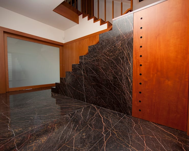 Moradia CE: Corredores e halls de entrada  por RDLM Arquitectos associados