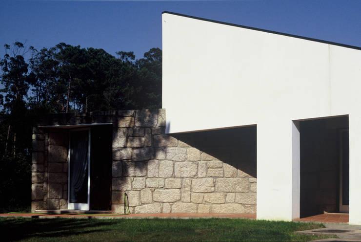Moradia SG: Casas  por RDLM Arquitectos associados