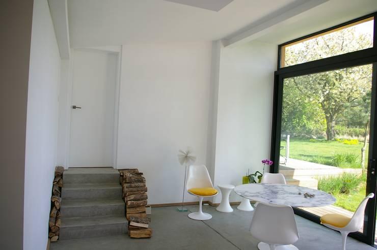 Maison P: Salle à manger de style  par ARTERRA