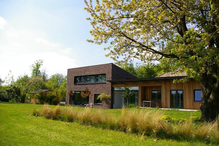 Maison P: Maisons de style  par ARTERRA