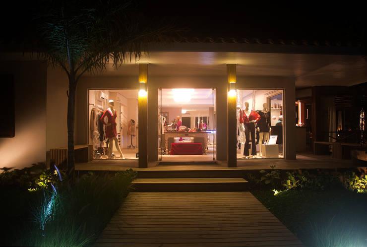 Vista entrada á noite: Lojas e imóveis comerciais  por Viki Kirsten