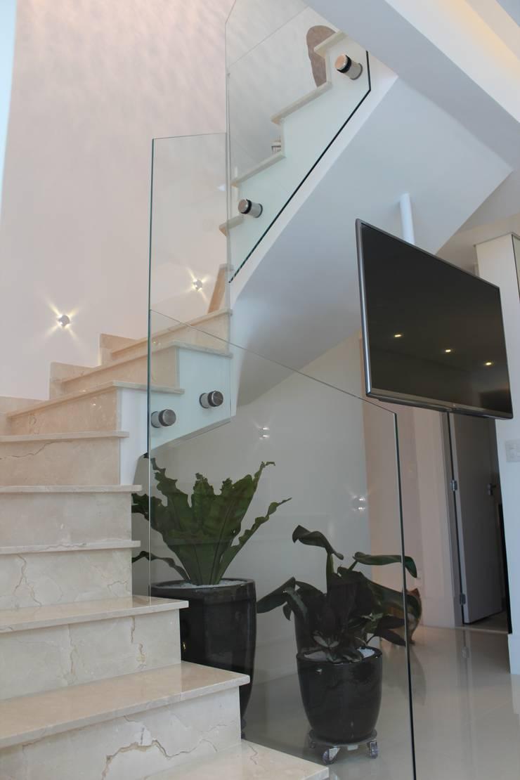 Escada para o pavimento superior: Corredores e halls de entrada  por Parm Arquitetura