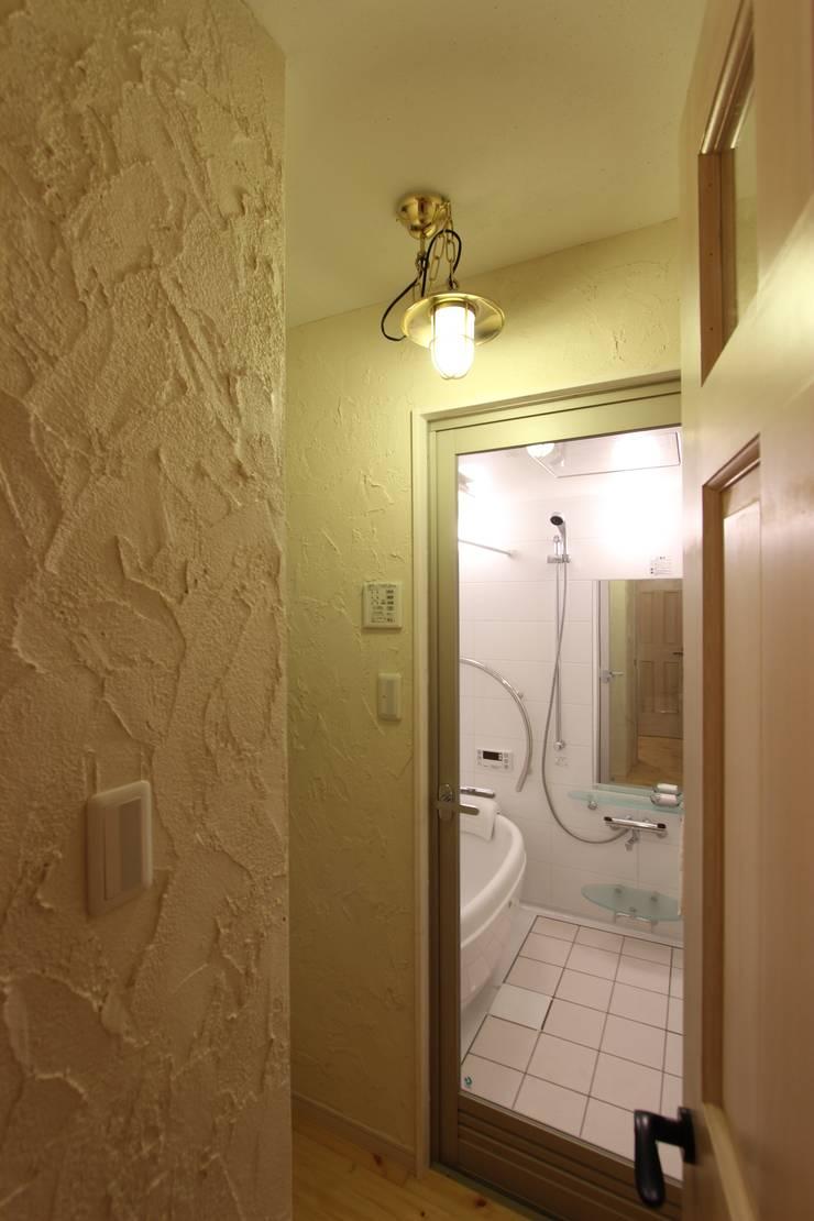 自然素材マンションリノベーションin 深川住宅                                                                                                                                          : 有限会社横田満康建築研究所が手掛けた洗面所&風呂&トイレです。