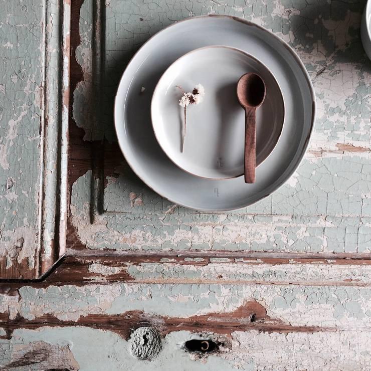 Plates DOSE and 1/2 DOSE: Cozinha  por Margarida Fabrica