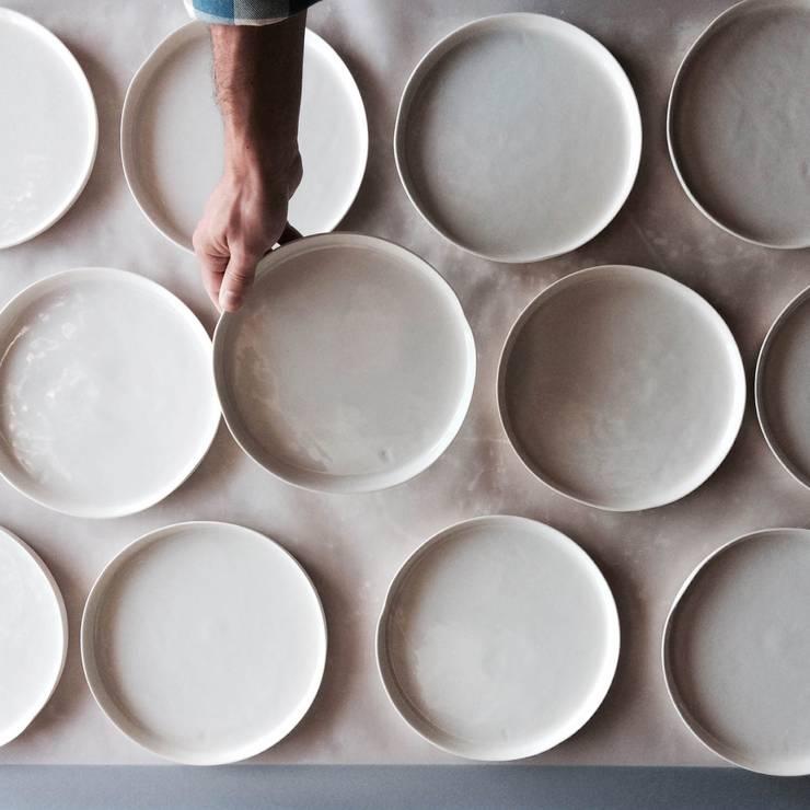 DOSE plates: Cozinha  por Margarida Fabrica