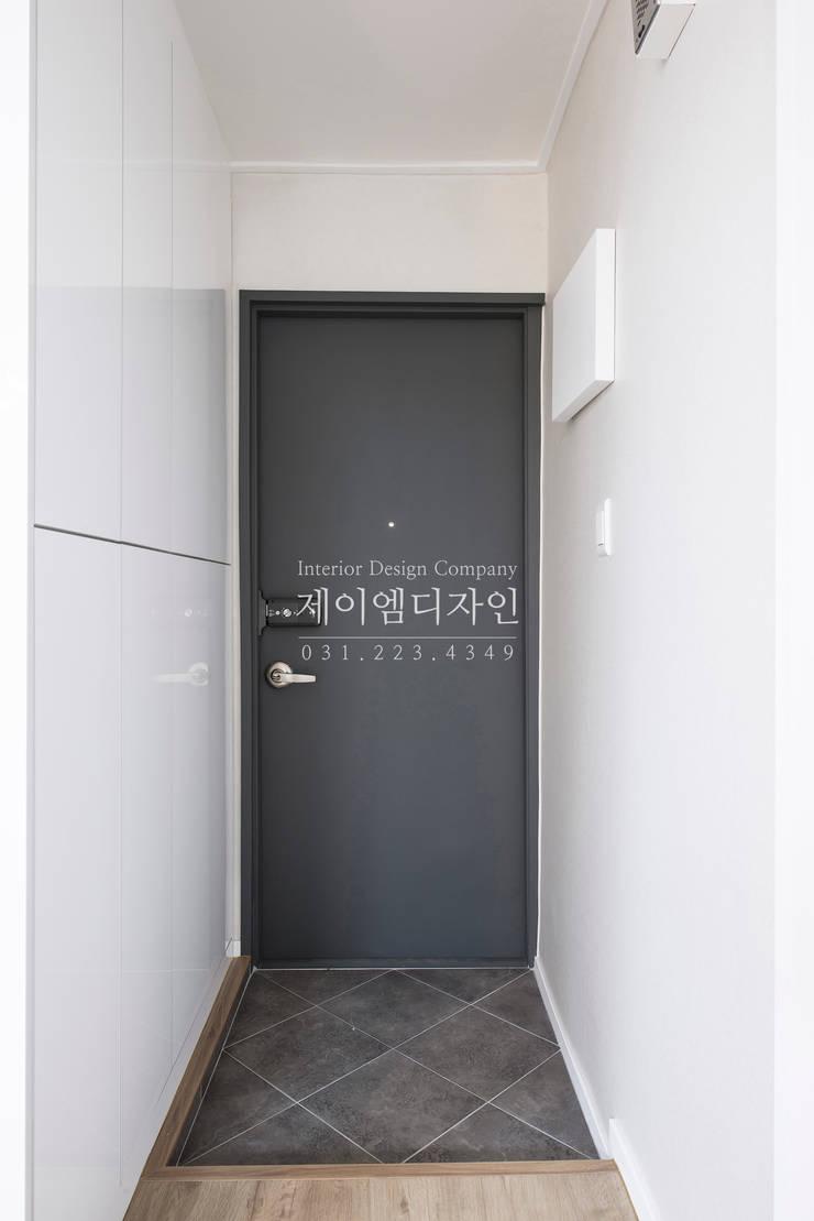 영통 매탄동 동남아파트 22평인테리어: JMdesign 의  복도 & 현관