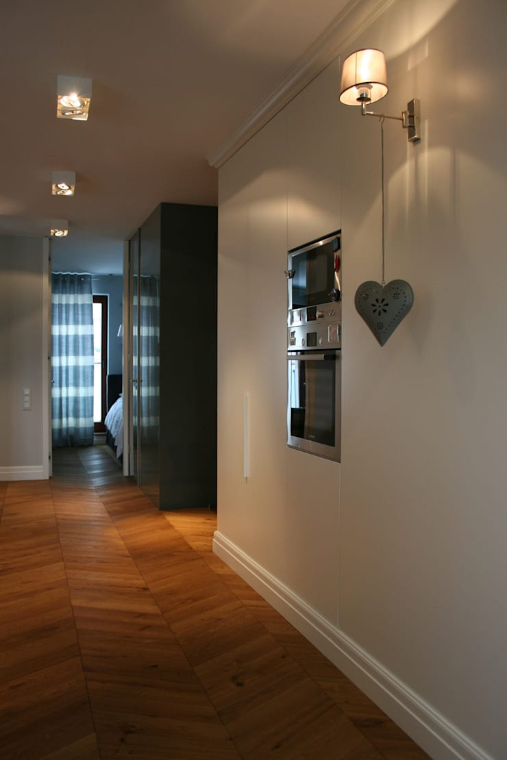 Classic style corridor, hallway and stairs by Sic! Zuzanna Dziurawiec Classic Wood Wood effect