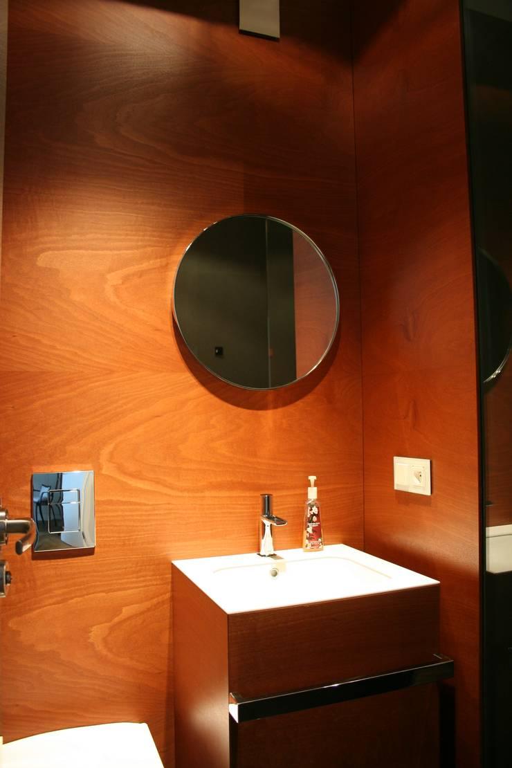 Baños de estilo moderno de Sic! Zuzanna Dziurawiec Moderno Madera Acabado en madera