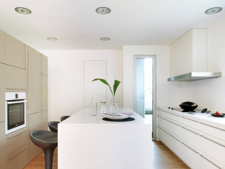 casa duff: Cocinas de estilo moderno de jordivayreda projectteam