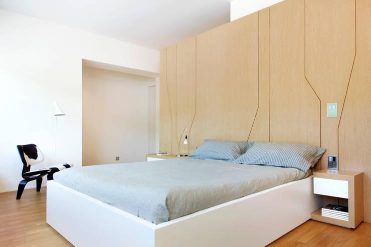 casa duff: Dormitorios de estilo moderno de jordivayreda projectteam