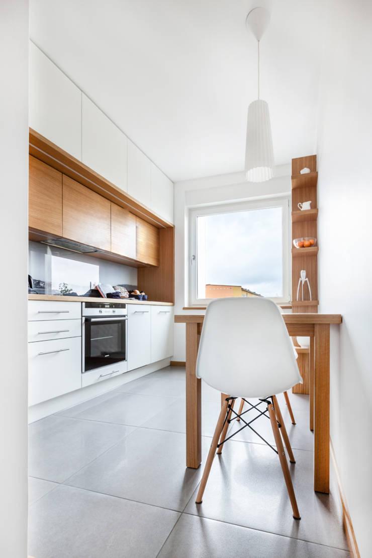 Our photoshoot of apartment design by mode:lina architects 1: styl , w kategorii Kuchnia zaprojektowany przez Ayuko Studio