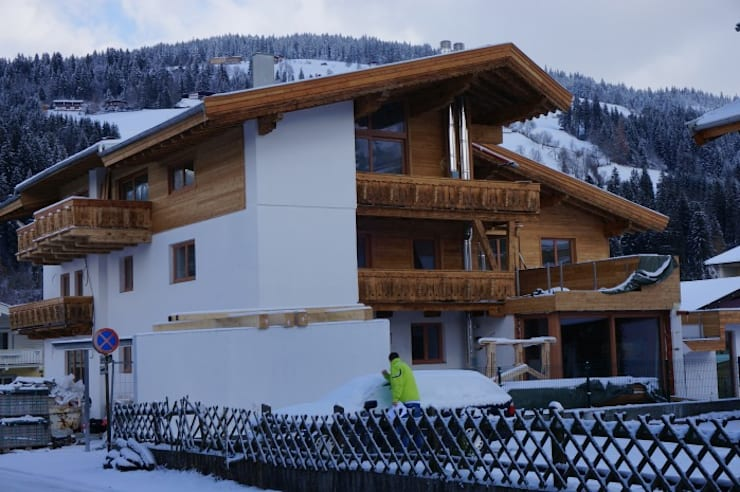 Drewniane okna i drzwi balkonowe montaż: styl , w kategorii  zaprojektowany przez Kraina Okien