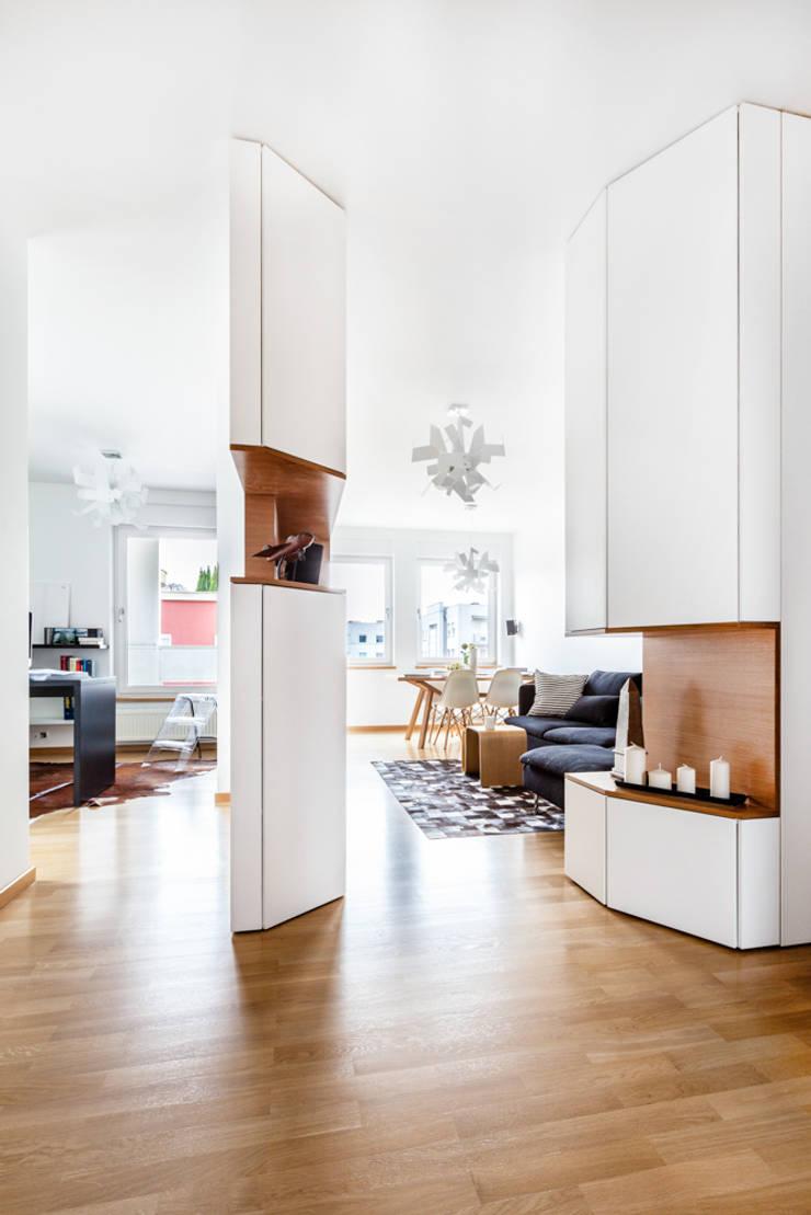 Our photoshoot of apartment design by mode:lina architects 1: styl , w kategorii Korytarz, przedpokój zaprojektowany przez Ayuko Studio