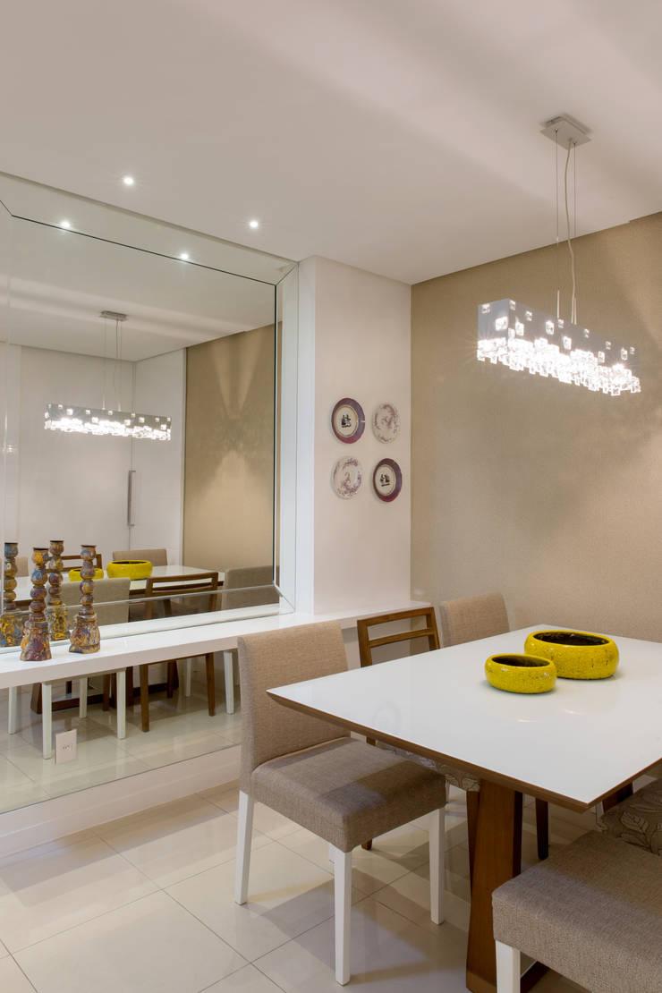 Sala de Jantar com espelho: Salas de jantar  por Bruno Sgrillo Arquitetura
