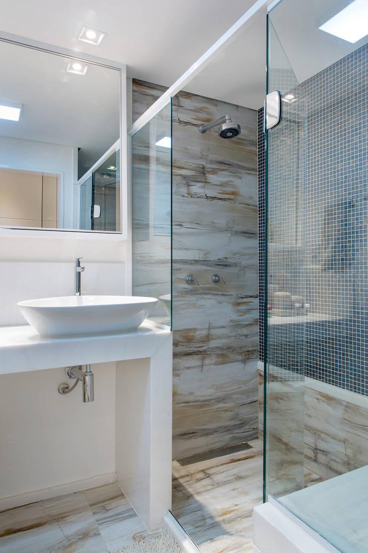 Banheiro de casal: Banheiros  por Bruno Sgrillo Arquitetura