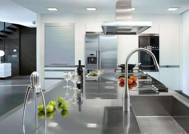 HOUSE-TEES: Cocinas de estilo moderno de jordivayreda projectteam