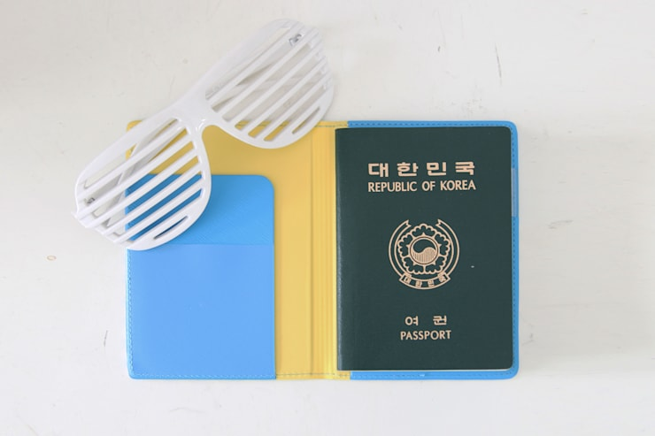 Ololo Passport Cover: pleple의  가정 용품