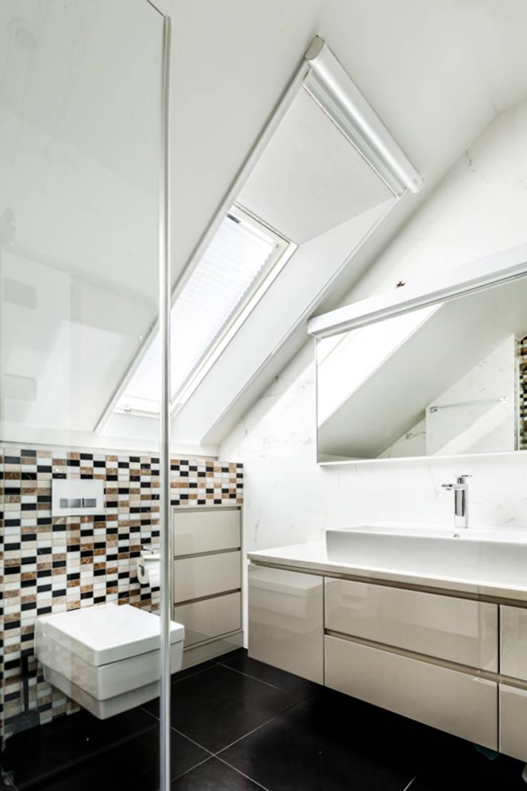 Our photoshoot of apartment design by Decocafe Architects: styl , w kategorii Łazienka zaprojektowany przez Ayuko Studio ,Nowoczesny Ceramiczny