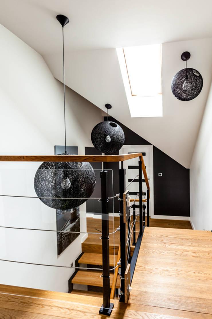 Our photoshoot of apartment design by Decocafe Architects: styl , w kategorii Korytarz, przedpokój zaprojektowany przez Ayuko Studio ,Nowoczesny