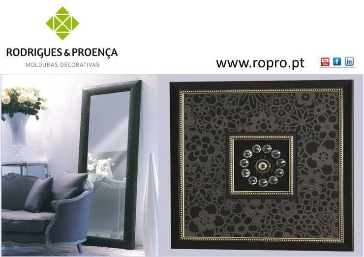 Quadro Decorativo com Aplicações e Moldura com Espelho: Casa  por Rodrigues & Proença, Lda.
