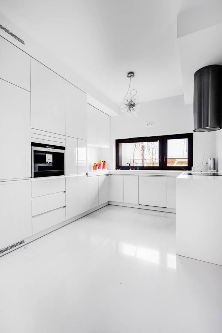 Our photoshoot of apartment design by Biderman Architects: styl , w kategorii Kuchnia zaprojektowany przez Ayuko Studio