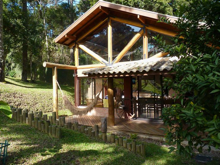 Churrasqueira da Residência WS: Casas rústicas por Sakaguti Arquitetos Associados