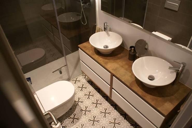 Baños de estilo  por STUDI+2 disseny d'interiors