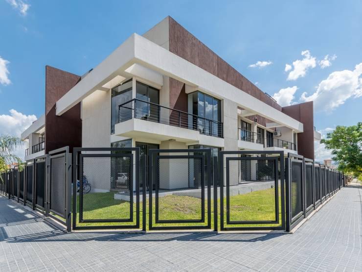 DOBLE FACHADA Casas modernas: Ideas, imágenes y decoración de CELOIRA CALDERON ARQUITECTOS Moderno