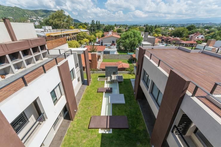 PATIO CENTRAL Y FUENTE: Jardines de estilo moderno por CELOIRA CALDERON ARQUITECTOS