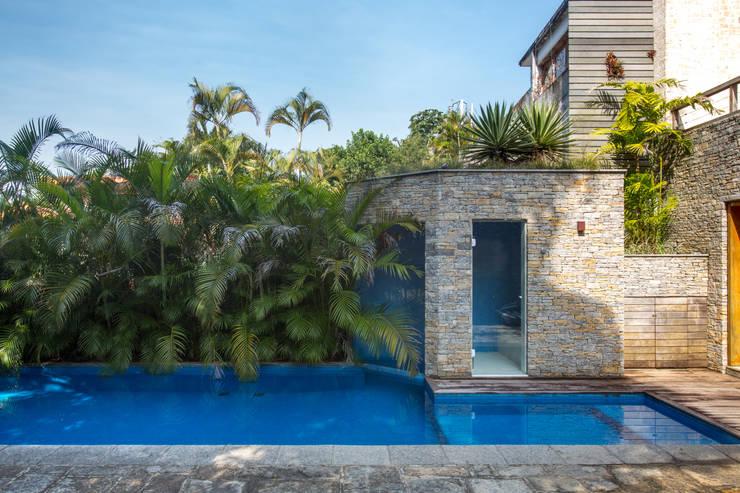 Casa Horto OBM 79: Piscinas  por Maria Claudia Faro