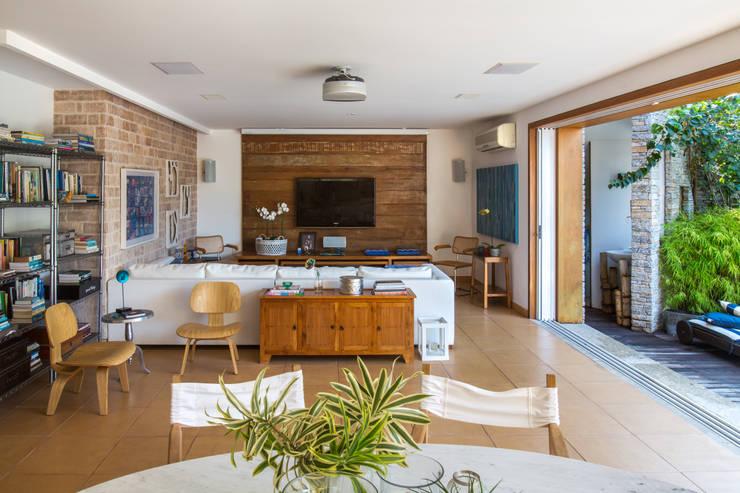 Casa Horto OBM 79: Salas de estar  por Maria Claudia Faro