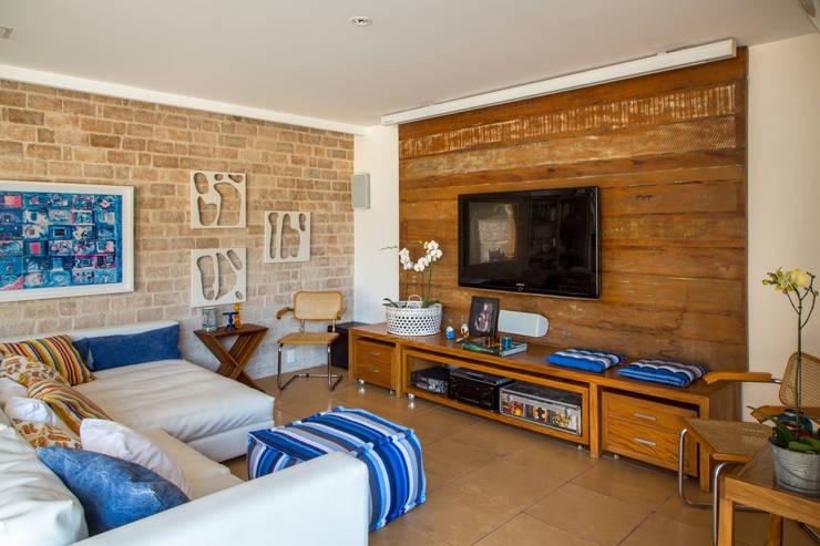 Casa Horto OBM 79: Salas de estar tropicais por Maria Claudia Faro