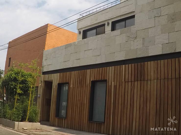 Fachada Principal: Casas de estilo  por Matatena Arquitectura