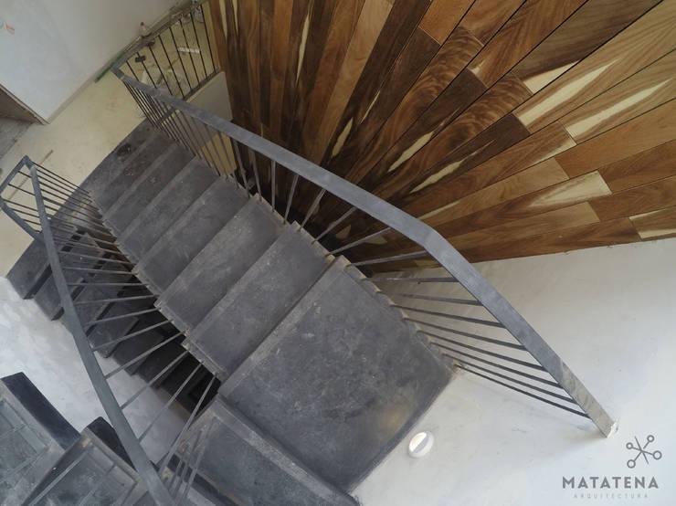 Circulación Vertical: Pasillos y recibidores de estilo  por Matatena Arquitectura