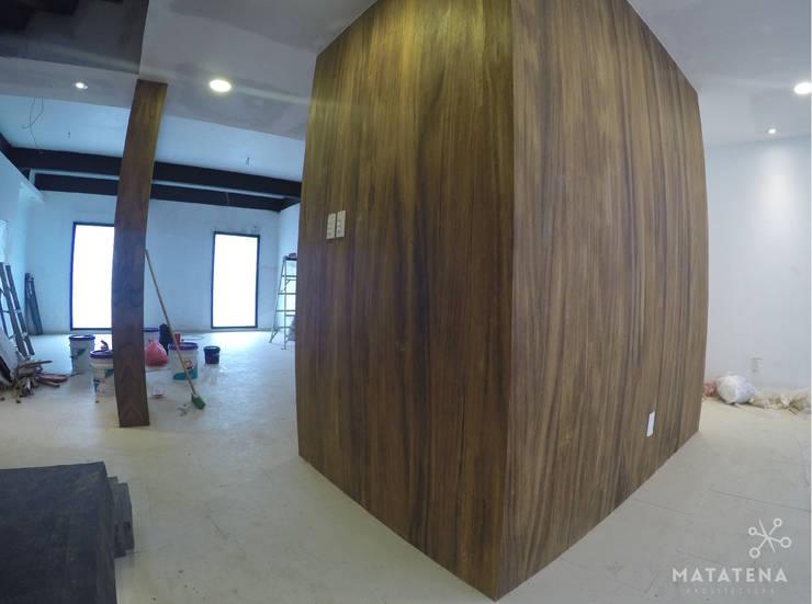 Estancia-Comedor: Pasillos y recibidores de estilo  por Matatena Arquitectura