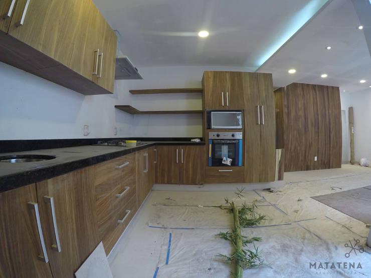 Cocina, en proceso de limpieza: Cocinas de estilo  por Matatena Arquitectura