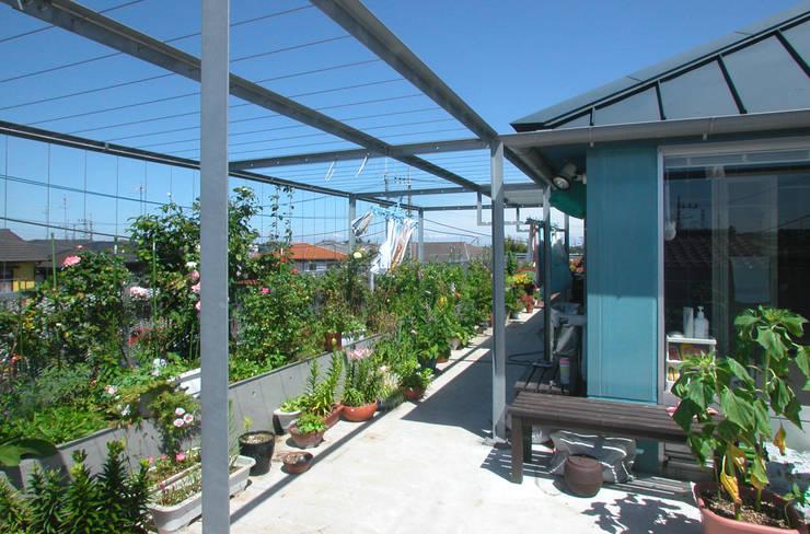 屋上を大地にして住宅をつくる: ユミラ建築設計室が手掛けたテラス・ベランダです。,