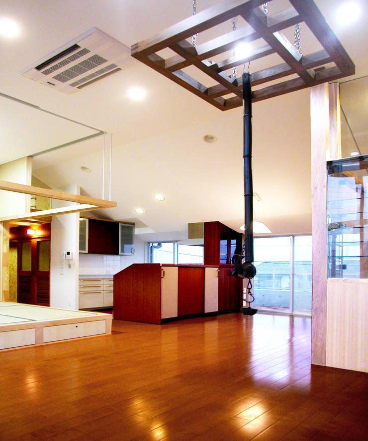 屋上を大地にして住宅をつくる: ユミラ建築設計室が手掛けたリビングです。,