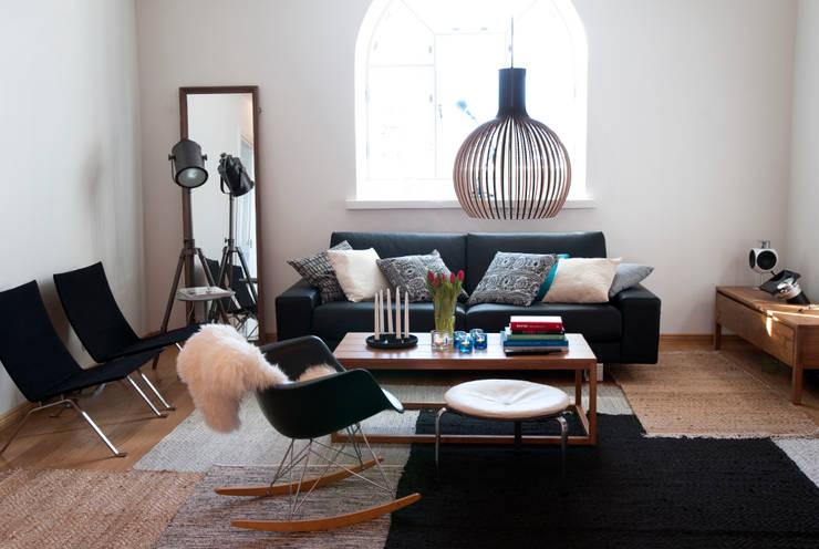 低い位置に吊るすくつろぎのリビングルームのための照明, Octo 4240 ペンダント(セクトデザイン): ランピオナイオが手掛けたリビングルームです。