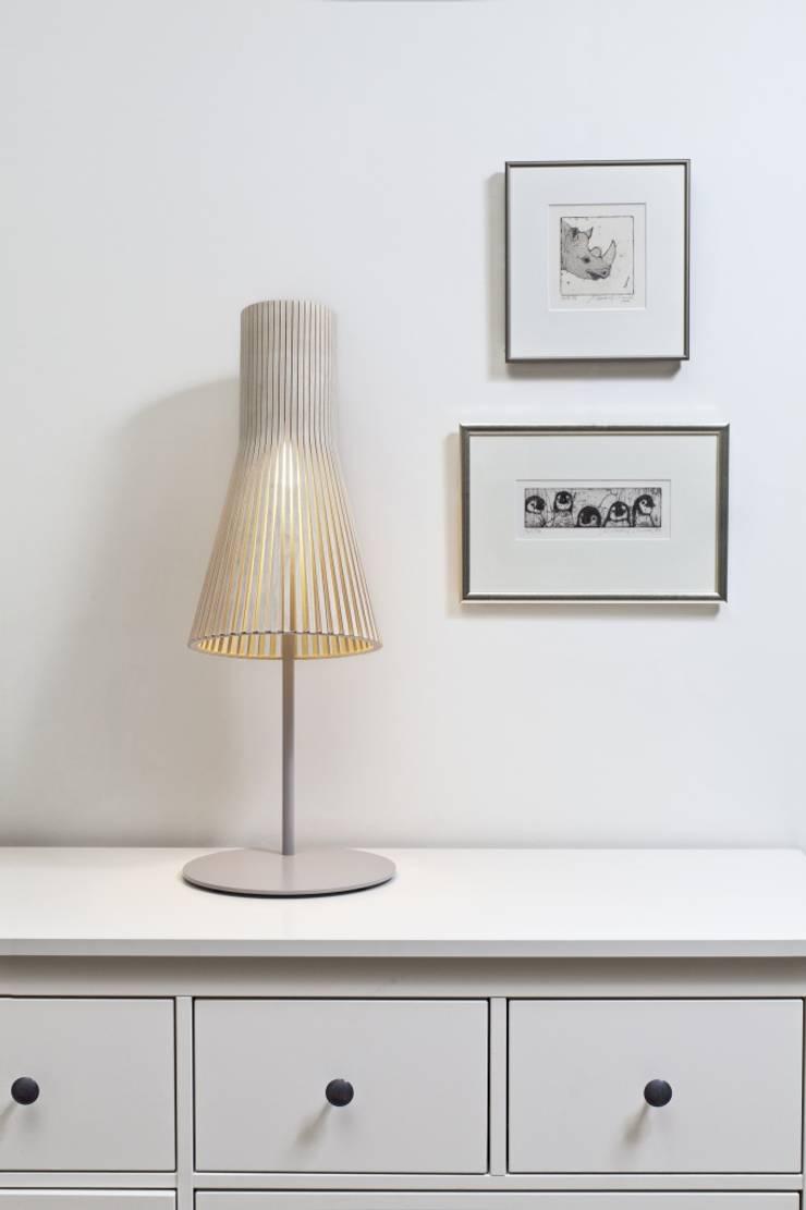 テーブルランプを壁の前にさりげなく灯す(セクトデザイン): ランピオナイオが手掛けたスカンジナビアです。,北欧 木 木目調