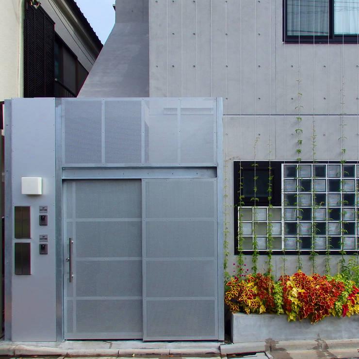 多彩なコンクリート壁の家: ユミラ建築設計室が手掛けた家です。