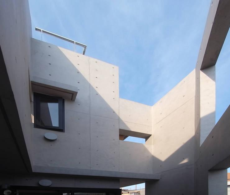 多彩なコンクリート壁の家: ユミラ建築設計室が手掛けた壁です。