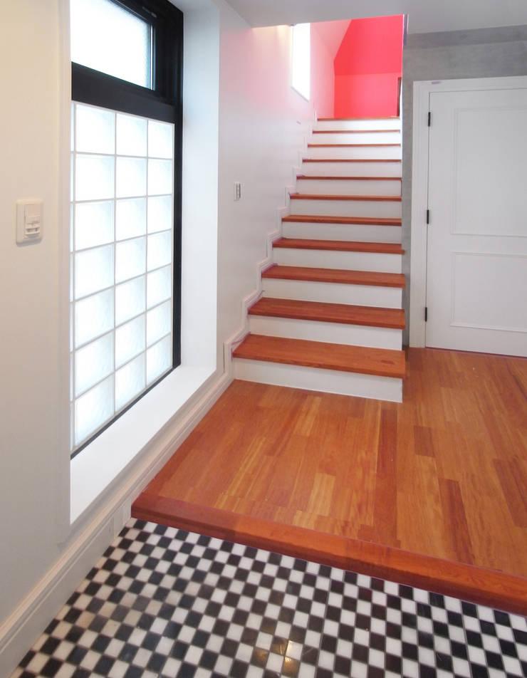 多彩なコンクリート壁の家: ユミラ建築設計室が手掛けた廊下 & 玄関です。