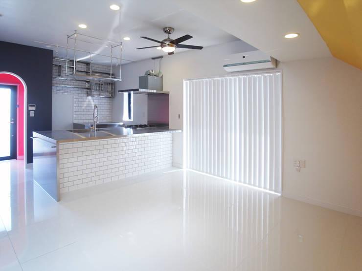 多彩なコンクリート壁の家: ユミラ建築設計室が手掛けたキッチンです。